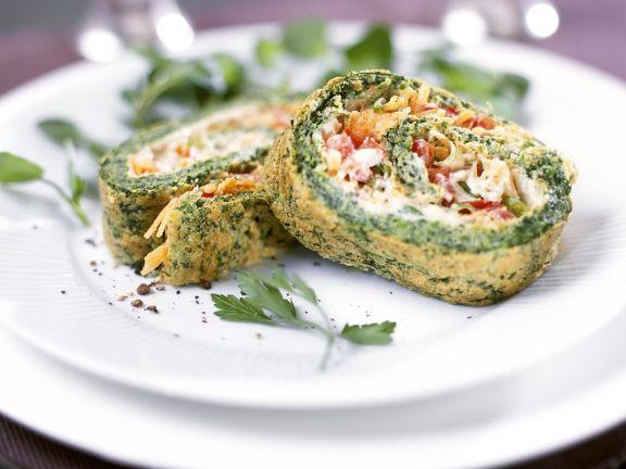 Omelettrolle mit Lachs und Gemüse gefüllt