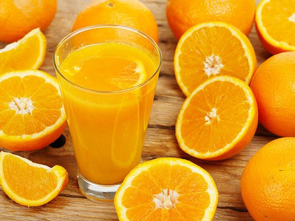 Orangensaft und Orangen