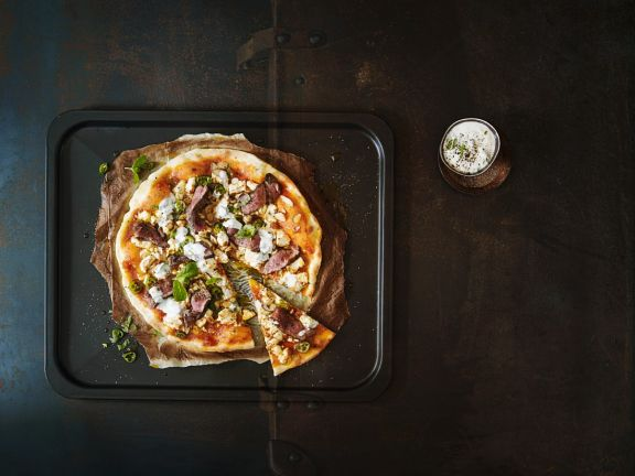 Orientalische Pizza mit Lamm und Feta