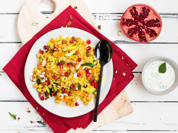 Orientalische Reis-Gemüse-Pfanne mit Kichererbsen und Minzdip