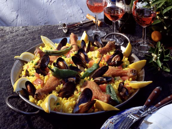 Paella mit Muscheln und Geflügel