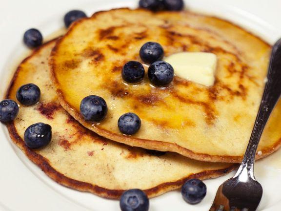 Pancakes mit Kokos, Blaubeeren und Butter