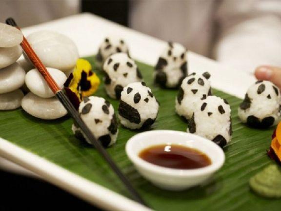 Mit einem Haps sind die im Mund: kleine Pandabären aus Sushi-Reis