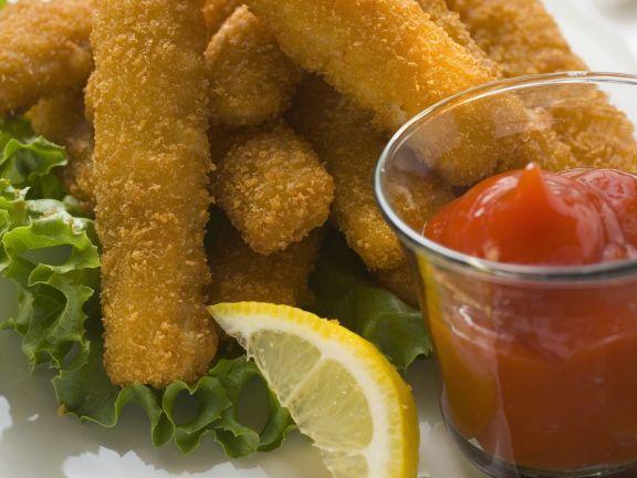 Panierte Fischsticks mit Ketchup
