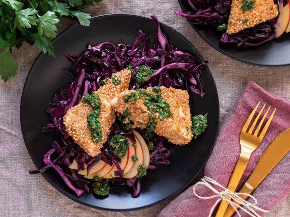 Panierter Feta mit Rotkohl und Salsa verde