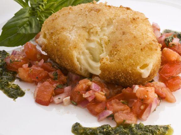 Panierter Mozzarella mit Tomatensugo und Pesto