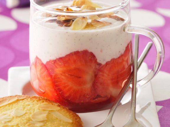 Panna cotta mit Erdberen und Mandeln