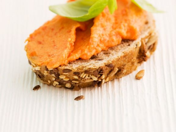 Paprika-Aufstrich auf Brotscheibe