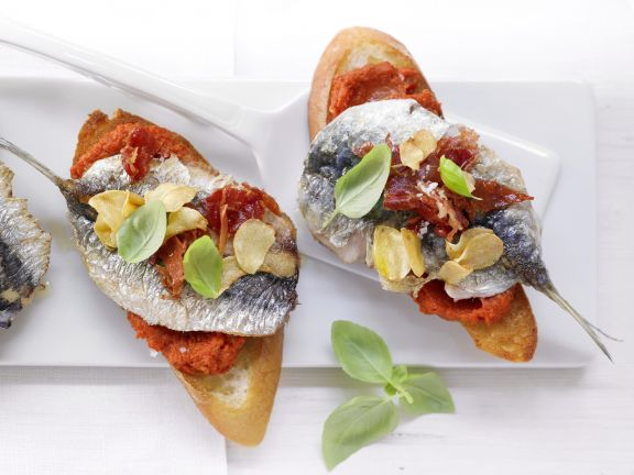 Paprika-Crostini mit Sardinen