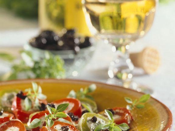Paprika mit Fetafüllung und Olivendressing