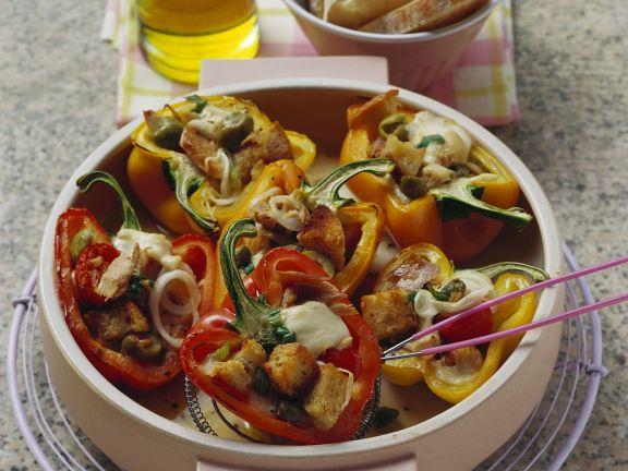 Paprikaschoten mit Füllung aus Thunfisch, Brot und Mozzarella