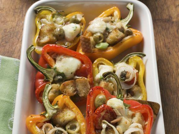 Paprikaschoten mit Füllung aus Weißbrot, Oliven und Zwiebeln