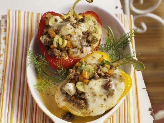 Paprikaschoten mit Füllung und Mozzarella
