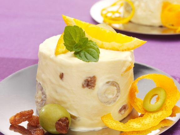 Parfait aus weißer Schokolade mit Orangen und Oliven