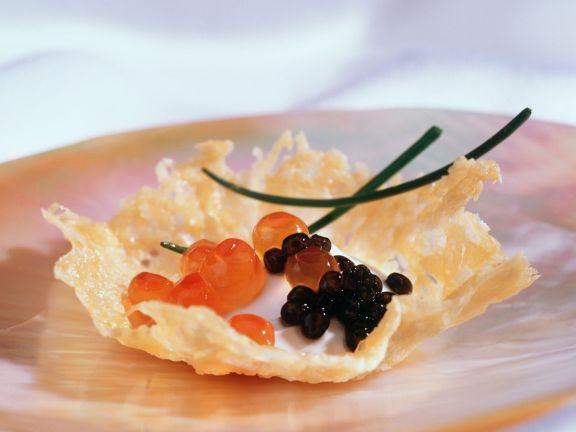 Parmesanschälchen mit Kaviar und Sauerrahm