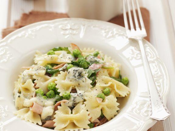 Pasta mit aus Soße aus Schinken, Gorgonzola und Erbsen