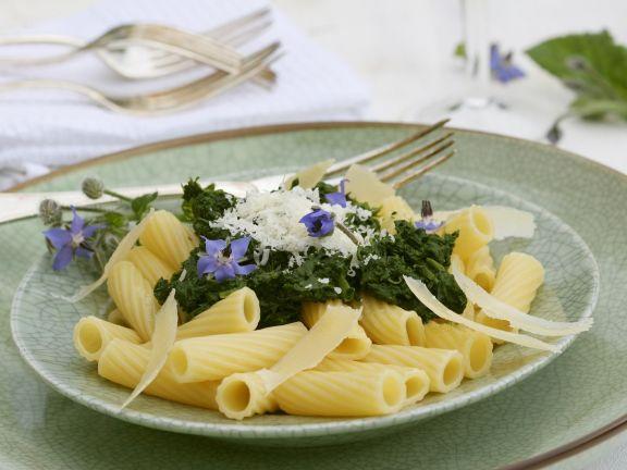 Pasta mit Borretschsoße und Parmesan