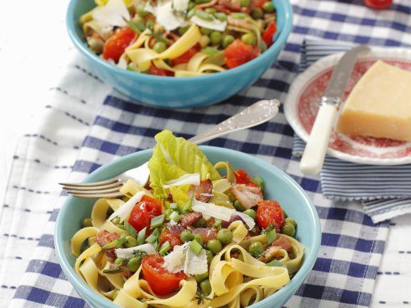 Pasta mit Erbsen, Tomaten und luftgetrocknetem Schinken (Pancetta)