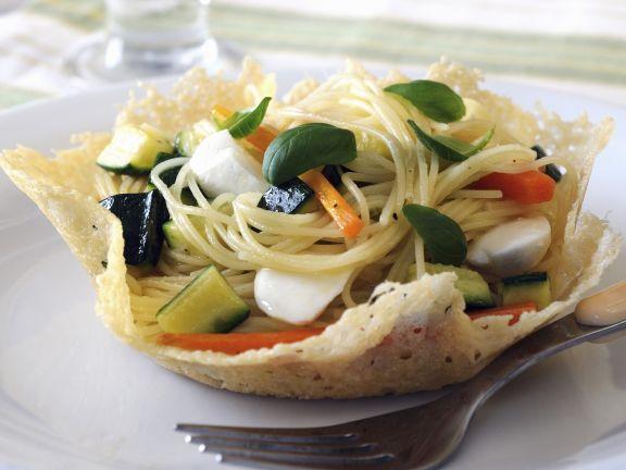Pasta mit frühlingshafter Soße (Primavera) im Parmesannest
