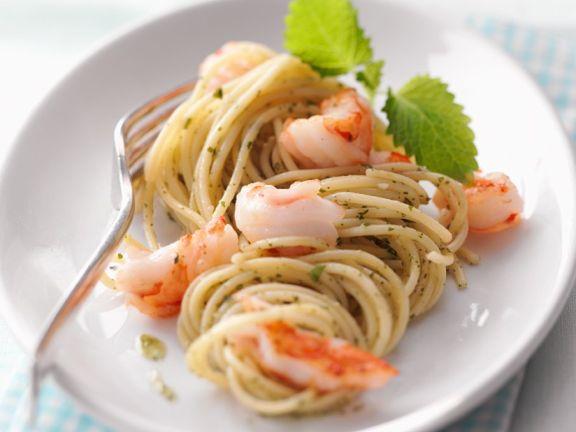 Pasta mit Garnelen und Melissenpesto