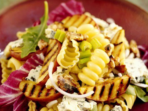 Pasta mit gegrillten Apfelscheiben und Roquefort