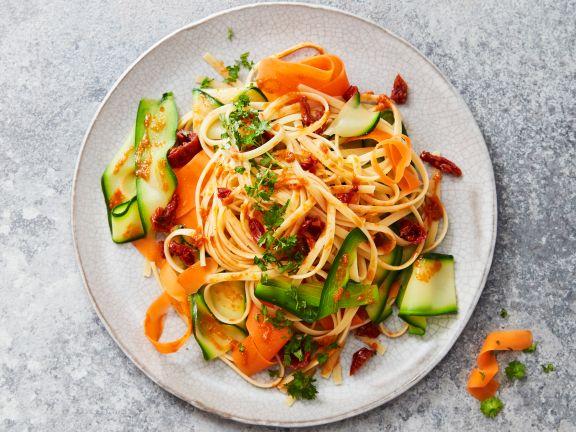 Pasta mit Gemüse-Tomaten-Pesto