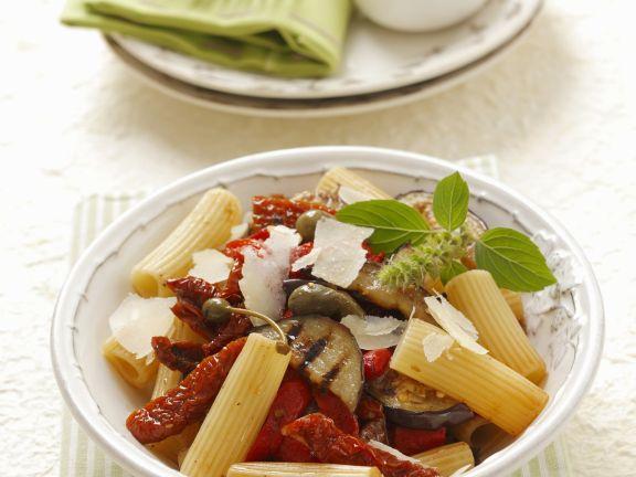 Pasta mit getrockneten Tomaten, Auberginen und Kapern