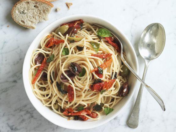 Pasta mit getrockneten Tomaten, Oliven und Basilikum