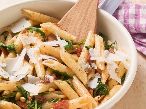 Pasta mit getrockneten Tomaten und Pinienkernen