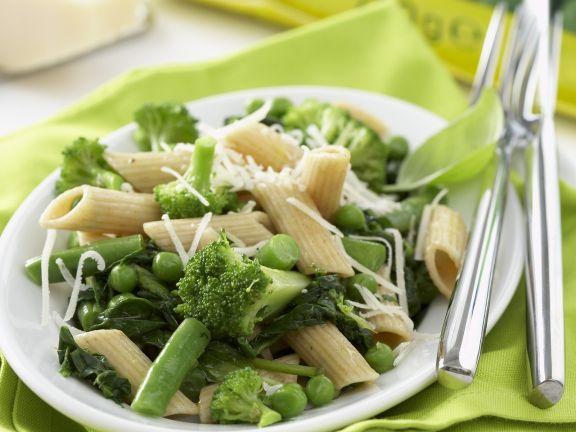 Pasta mit grünem Gemüse und Käse