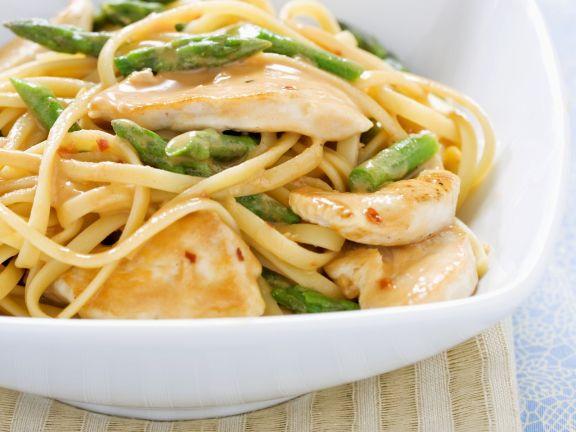 Pasta mit grünem Spargel und Sesamhühnchen