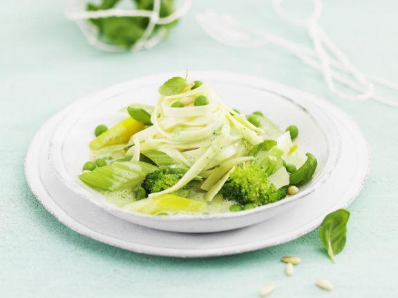 Pasta mit grüner Gemüsesoße und Kräutern