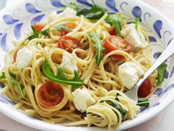Pasta mit Mozzarella, Cherrytomaten und Rucola