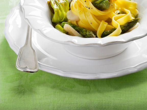 Pasta mit Muscheln, Spargel und Zucchiniblüten
