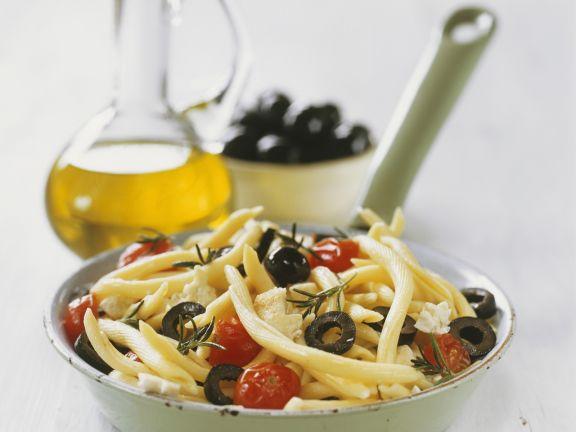 Pasta mit Oliven, Schafskäse und Kirschtomaten