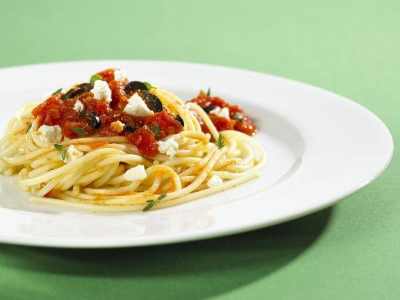 Pasta mit Oliven, Tomaten und Feta