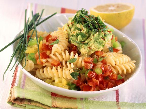 Pasta mit Paprika und Avocado-Salsa