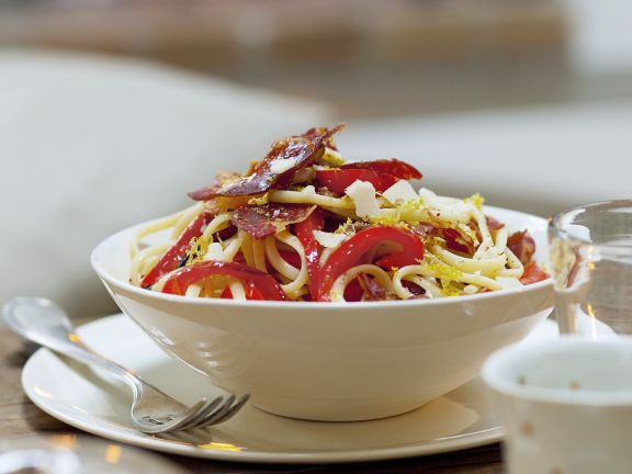 Pasta mit Paprika und pikanter Wurst (Chorizo)