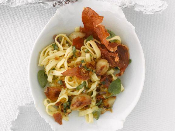 Pasta mit Parmaschinken und gebratenem Knoblauch