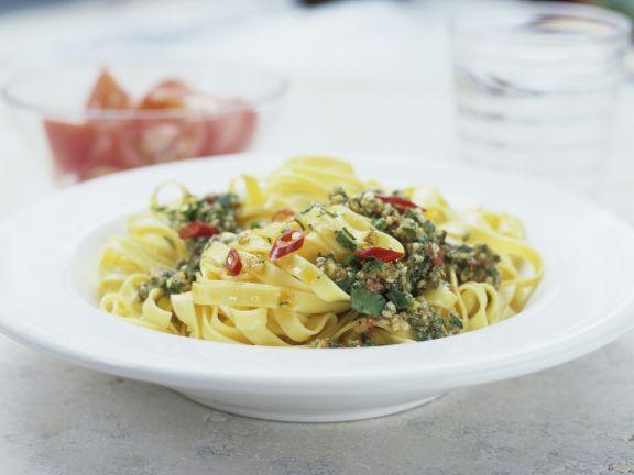 Pasta mit Pesto aus Petersilie und Chili