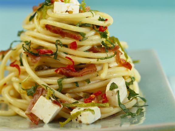 Pasta mit Schafskäse, Speck und Chili
