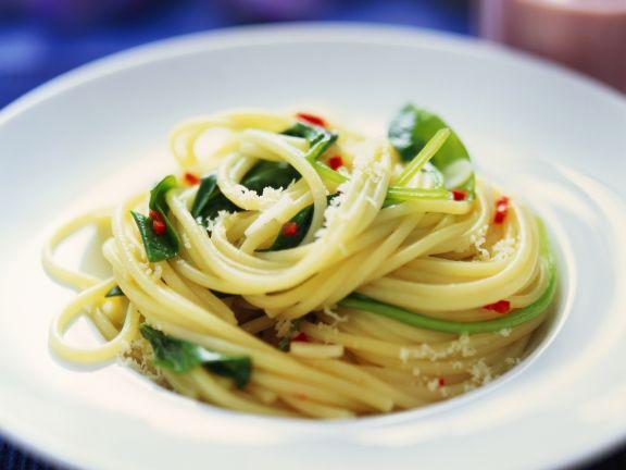 Pasta mit Spinat, Chili und Parmesan