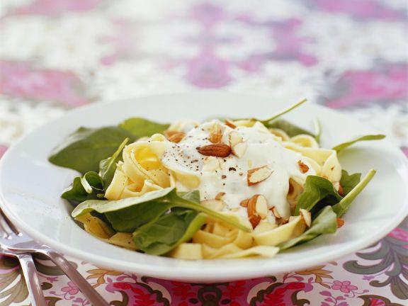 Pasta mit Spinat, Mandeln und Schmand