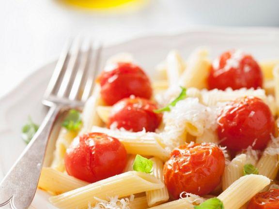 Pasta mit Tomaten, Basilikum und Parmesan
