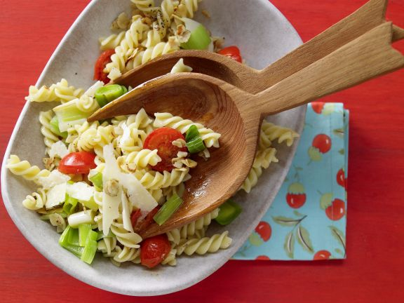 Pasta mit Tomaten, Lauch und Haselnüssen