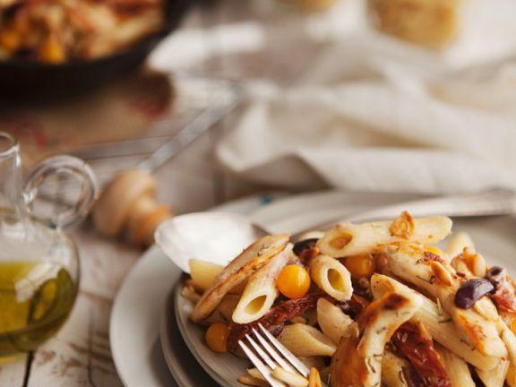 Pasta mit Tomaten, Oliven und Hähnchenbrust