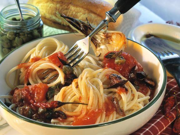 Pasta mit Tomaten, Sardellenfilets und Kapern
