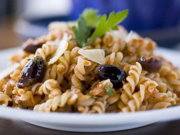 Pasta mit Tomatensoße und großen Oliven