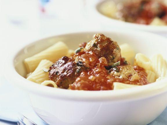 Pasta mit Tomatensugo und Hackbällchen