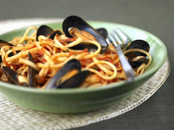 Pasta mit Tomatensugo und Miesmuscheln